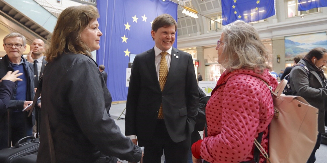 The Speaker Andreas Norlén speaking to Marie Utter and Tina Olby from Motala during Europe Day at Stockholm Central Station.
