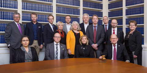 Group photo of the Riksdag Board in front of bookshelves in an assembly room in the Riksdag.